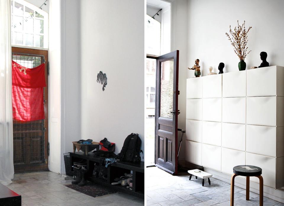 Før/efter billeder: Indgangspartiet er lyst, smukt og indbydende. En kunstnerisk opstilling og installation i rummet. Og så er det endda skabt af IKEA´s geniale skoskabe, som opbevarer alt fra tasker, sportsudstyr, fodtøj, huer, vanter med mere. Her bor en aktiv børnefamilie, som har brug for optimal opbevaring. Og entréen byder velkommen på en behagelig og rolig måde.
