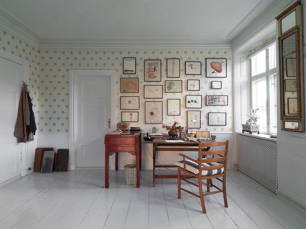Ved hjælp af en galleriskinne under loftet, kan billeder nemt skiftes ud og man undgår at lave huller i væggen.