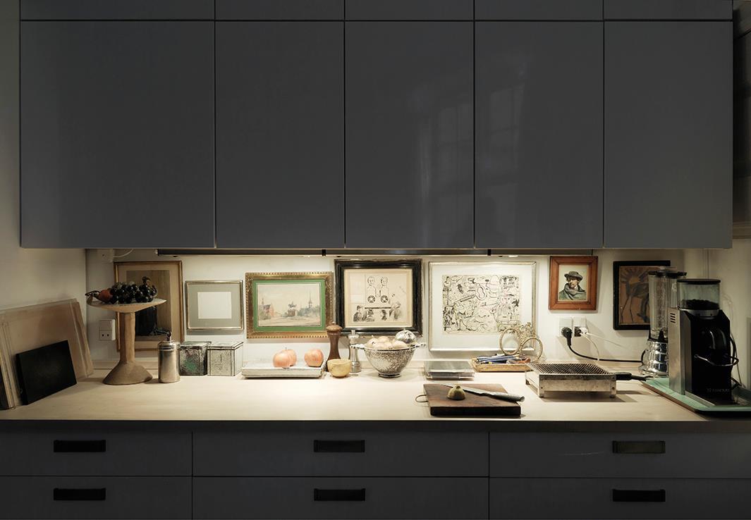 Køkkenet er tilført personlighed og liv ved at hænge billeder på den lille væg mellem bordplade og overskabe. Få indretningshjælp og inspiration til ophængning af billeder. Et neutralt rum, er forvandlet til et rum med personlighed og sjæl. Og er mere nærværende.
