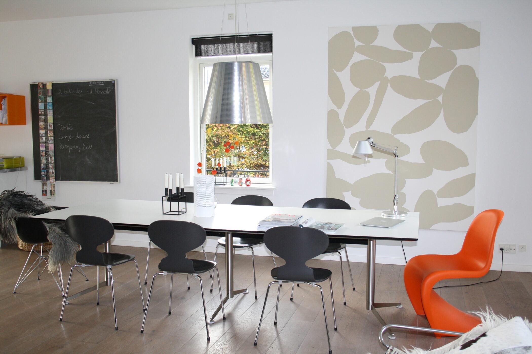 En smukt grafisk værk / objekt, bidrager med farve, fylde og bevægelse til spiseafdelingen.