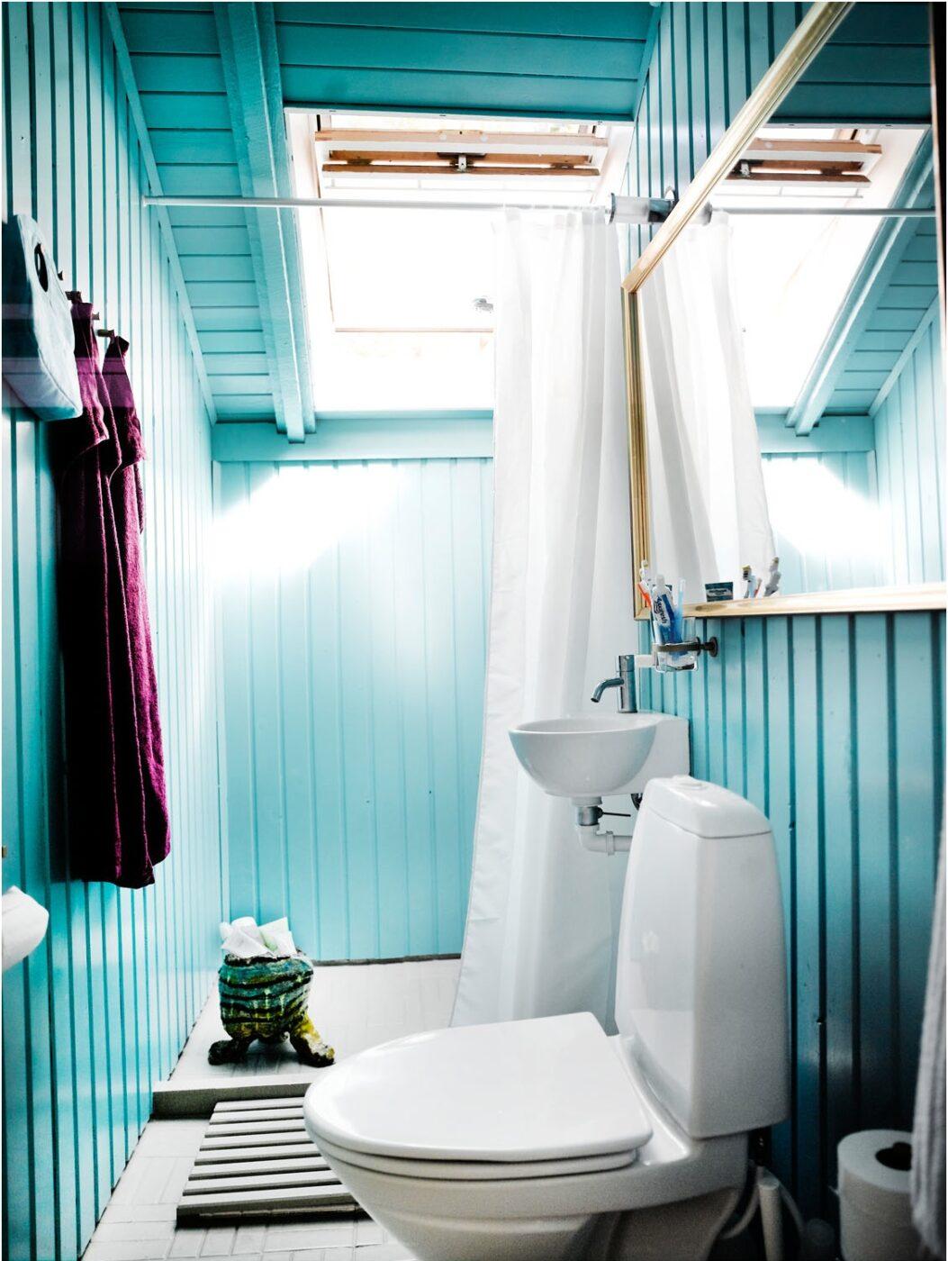Badeværelset var temmelig tungt og kedelig med de rå og brune træbrædder. Her er malet med en smuk blå farve, som minder om havet og himmelen, som huset er tæt forbundet med. En keramisk skulptur tilfører stoflighed og sjæl, samtidig med at den opbevarer shampooér.