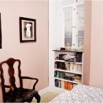 Soveværelset har fået ny farve, som matcher interiør. Og behovet for varme og intimitet, for dem som bor her. Farver påvirker mennesker og oplevelsen af stemningen i rummet. En farverådgivning, kan bidrage til at ændre stemningen i et rum og binde boligen sammen, så du oplever helheden som mere harmonisk. Her er lavet en indbygget reol under vinduet, som erstatter en kommode, som før stod foran. Det optimerer pladsen og giver plads til bøger og andet i rummet, som også bidrager til den hyggelige stemning.