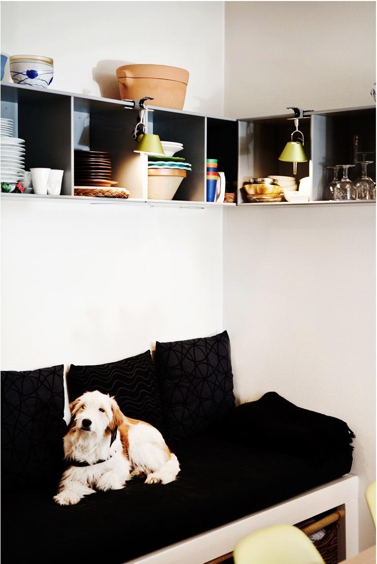 En indbygget briks eller bænk i køkkenet, kan gøre rummet mere intimt. Her kan børnene sidde og hygge sig eller man kan slænge sig, når behovet er der. Special tegnet møbler, kan bidrage til oplevelsen af fundament i rummet. Denne briks, har fået lavet rum nedenunder, som passer til kurvene, som er indkøbt til opgaven.
