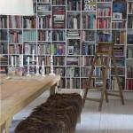 Den fantastiske reolvæg giver nærvær til rummet og er tegnet efter behovene for opbevaring. Fra boligreportage i Classensgade.