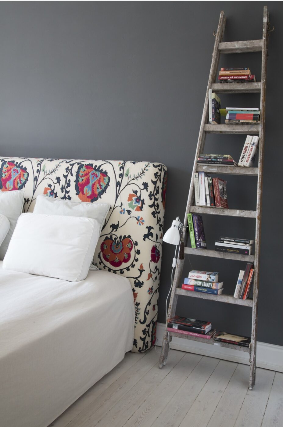 En madras er blevet betrukket med smukt tekstil og fungere som sengegavl, når den ikke anvendes til gæstemadras. Fra boligreportage i Classensgade.