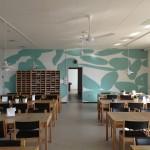 Her har væggen fået et special designet tapet til endevæggen og rummet er tilført frisk energi og bevægelse ved at anvende en farve og en form, som løfter stemningen i hele rummet. Farven er nøje afstemt i forhold til inventaret i øvrigt.